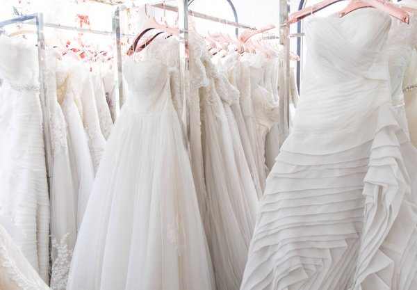 váy cưới trắng tự nhiên