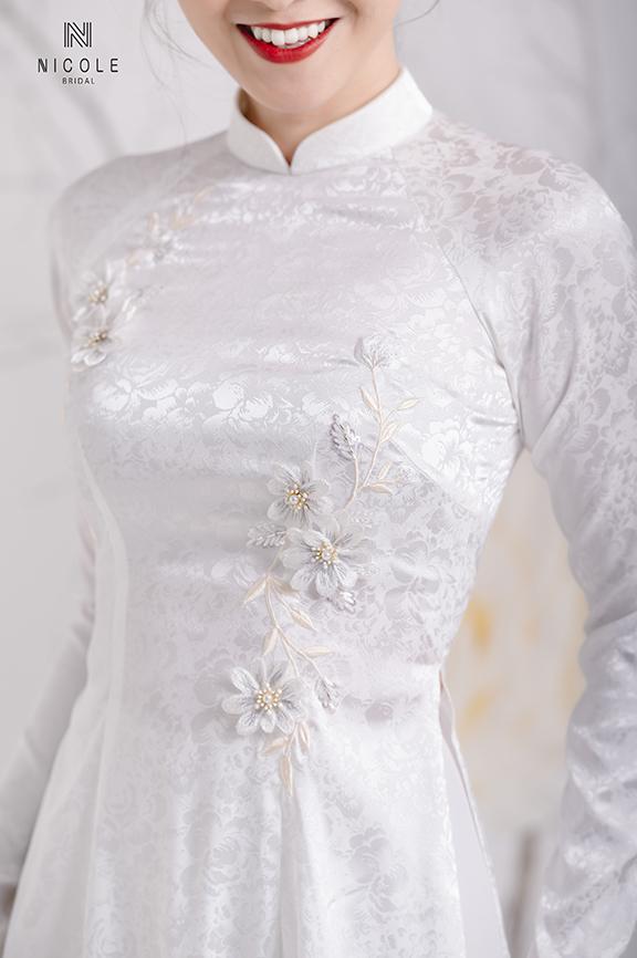 Áo dài cưới gấm trắng vừa truyền thống vừa hiện đại, trẻ trung