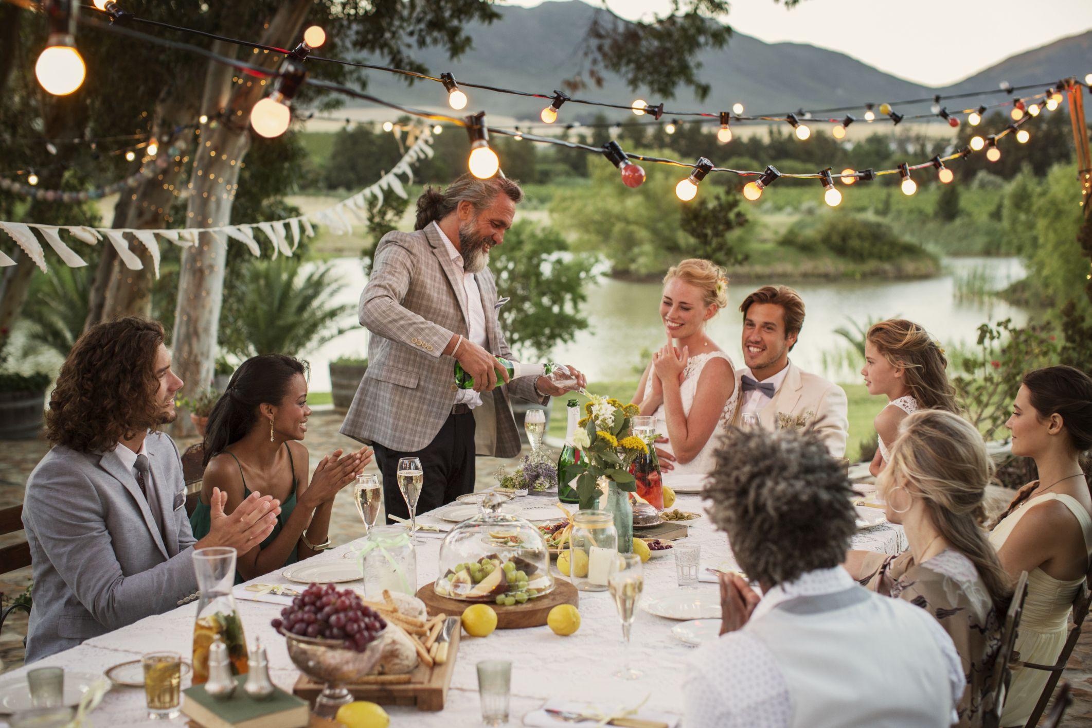 chọn thức ăn phục vụ tại bàn cho lễ cưới mùa covid-19