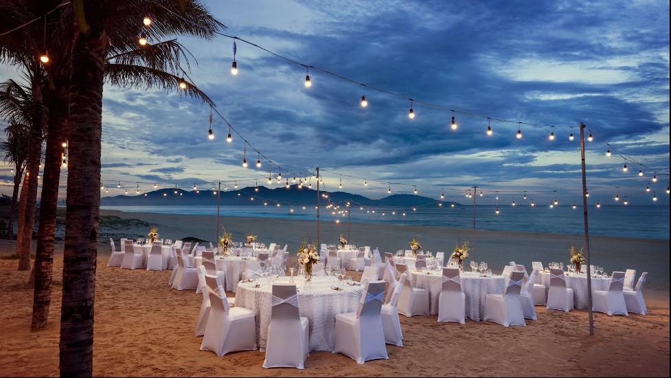 đám cưới wedding destination ngoài trời ở bãi biển tại Đà Nẵng