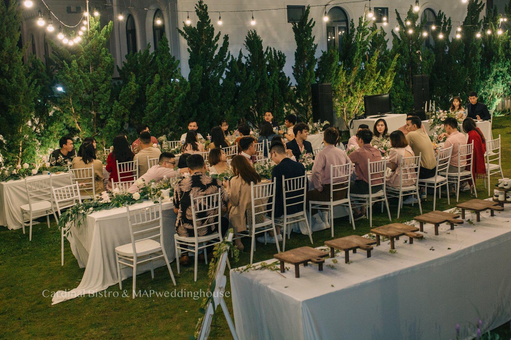 khách mời trong buổi tiệc ngoài trời