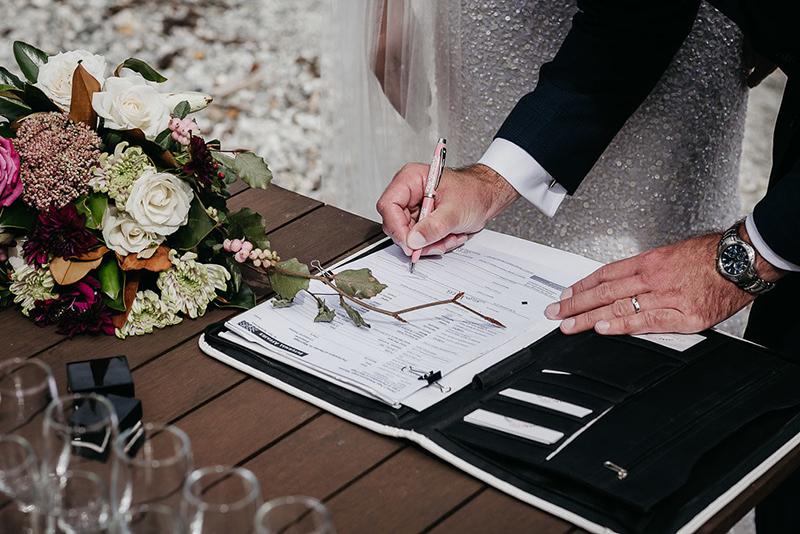 Ký hợp đồng và thanh toán với wedding planner