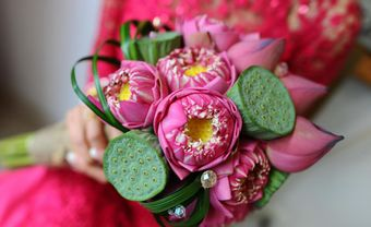 Gợi ý các mẫu bó hoa sen cầm tay cho cô dâu truyền thống - Blog Marry