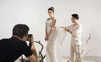 Hậu trường chụp ảnh: Hé lộ hình ảnh váy cưới độc quyền của NTK Phan Anh Tuấn dành cho siêu mẫu Võ Hoàng Yến - Blog Marry